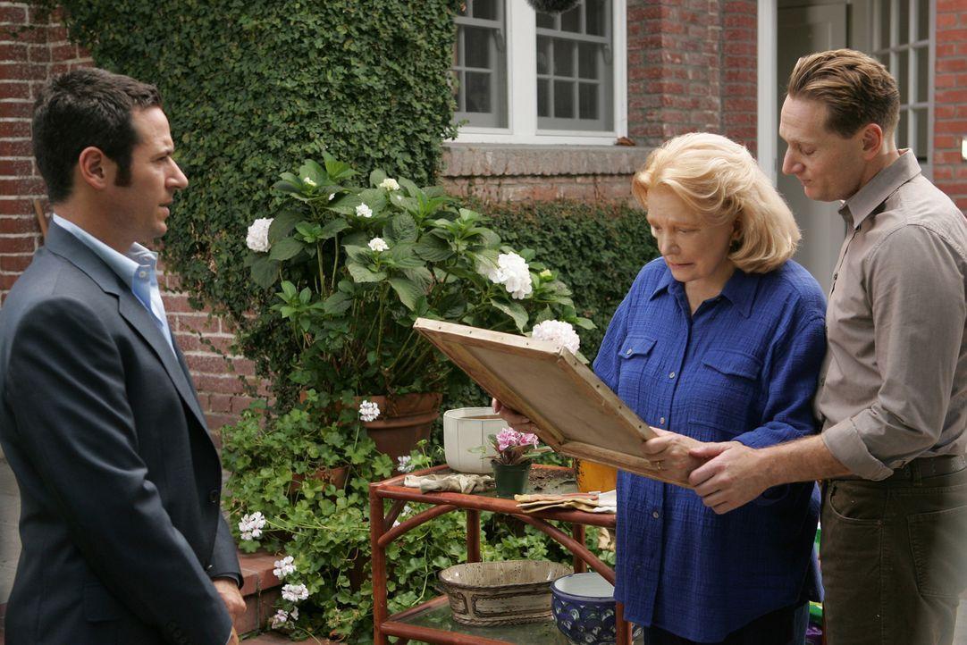 Ruiz wird von Don (Rob Morrow, l.) des  Mordes überführt und Mrs. Hellmann (Gena Rowlands, M.) und deren Enkel Joel  (Matt Ross, r.) erhalten den... - Bildquelle: CBS International Television