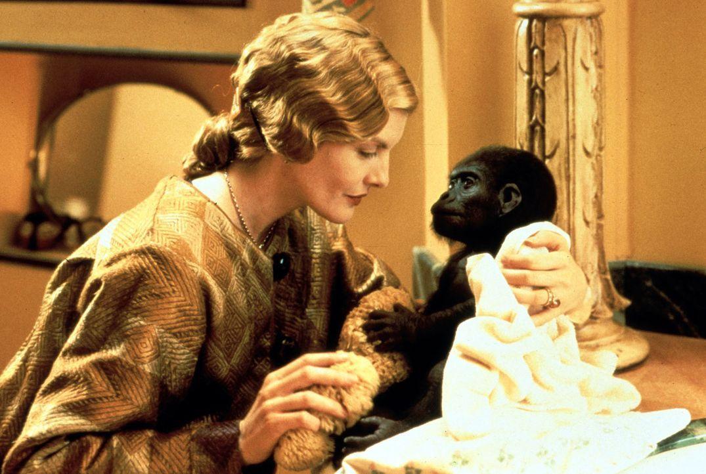 Die exzentrische Arztgattin Trudy (Rene Russo) nimmt ein vom Tode bedrohtes Gorilla-Baby auf und tauft es auf den Namen Buddy. - Bildquelle: Columbia Pictures