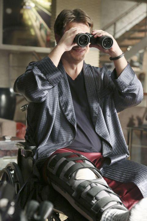 Weil er nach einem Skiunfall an seine Wohnung gebunden ist, fängt Castle (Nathan Fillion) aus Langweile an, seine Nachbarn zu beobachten ... - Bildquelle: ABC Studios