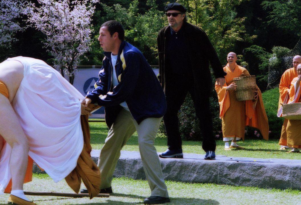 Im Auftrag von Dr. Rydell (Jack Nicholson, r.) rächt sich David (Adam Sandler, M.) an Arnie Shankman (John C. Reilly, l.), seinem bösen Geist der... - Bildquelle: 2003 Sony Pictures Television International. All Rights Reserved.
