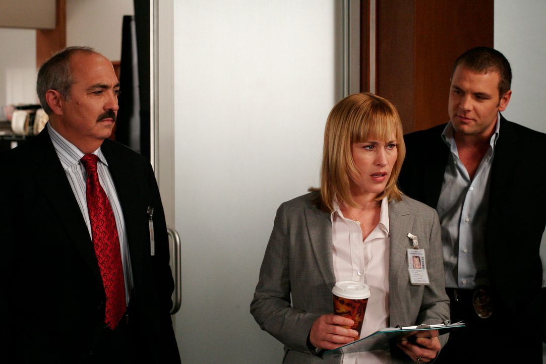 Allison (Patricia Arquette, M.) erzählt Det. Lee Scanlon (David Cubitt, r.) und Bezirksstaatsanwalt Manuel Devalos (Miguel Sandoval, l.) von ihrem T... - Bildquelle: Paramount Network Television