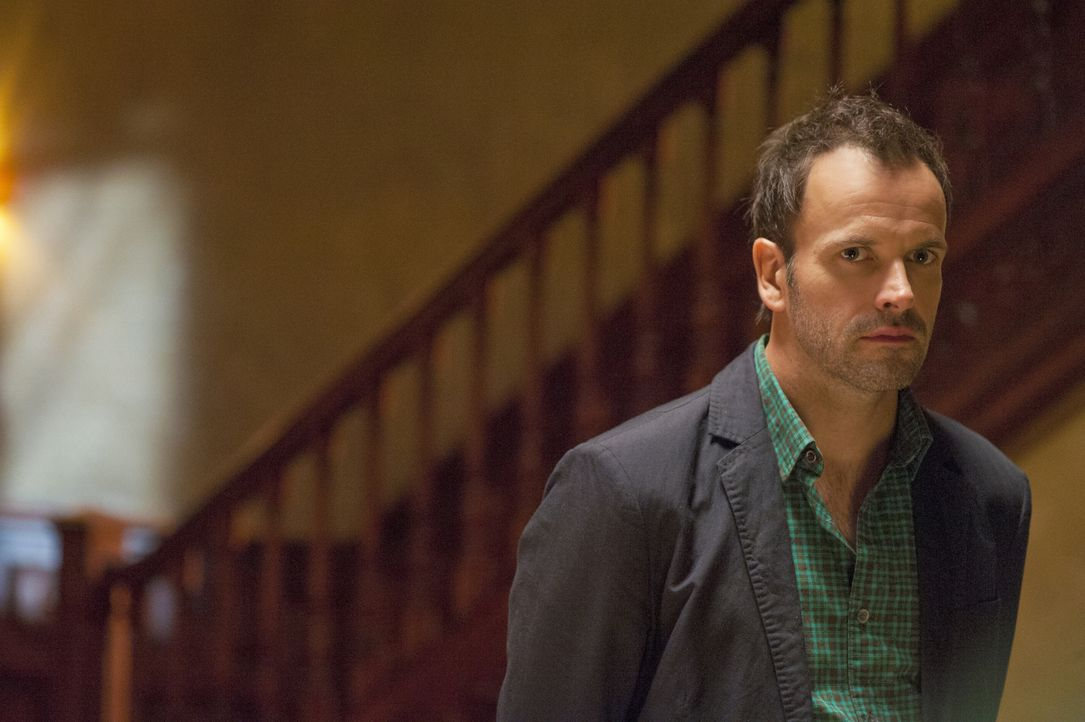 Während der Ermittlungen an einem Tatort, macht Sherlock Holmes (Jonny Lee Miller) eine interessante Entdeckung ... - Bildquelle: CBS Television