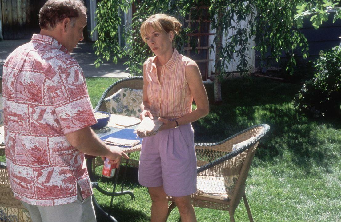 Als Larry (Nick Searcy, l.) und seine Frau Mary (Mackenzie Phillips, r.) bemerken, dass ihre Zwillinge außerordentlich sportlich veranlagt sind, be... - Bildquelle: Walt Disney Television
