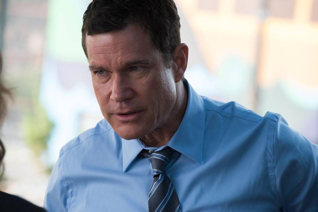 Als Al (Dylan Walsh) Beweise findet, dass Russo den Auftragsmörder engagiert haben könnte, um ihr Vergehen zu vertuschen, muss er sie festnehmen ... - Bildquelle: Jeff Neumann 2015, 2016 Sony Pictures Television Inc. All Rights Reserved. / Jeff Neumann