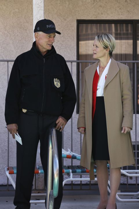 Die Kongressabgeordnete Flemming (Mary Stuart Masterson, r.) erhält schlimme Drohungen. Kann NCIS-Agent Gibbs (Mark Harmon, l.) und sein Team sie de... - Bildquelle: Michael Yarish 2016 CBS Broadcasting, Inc. All Rights Reserved / Michael Yarish