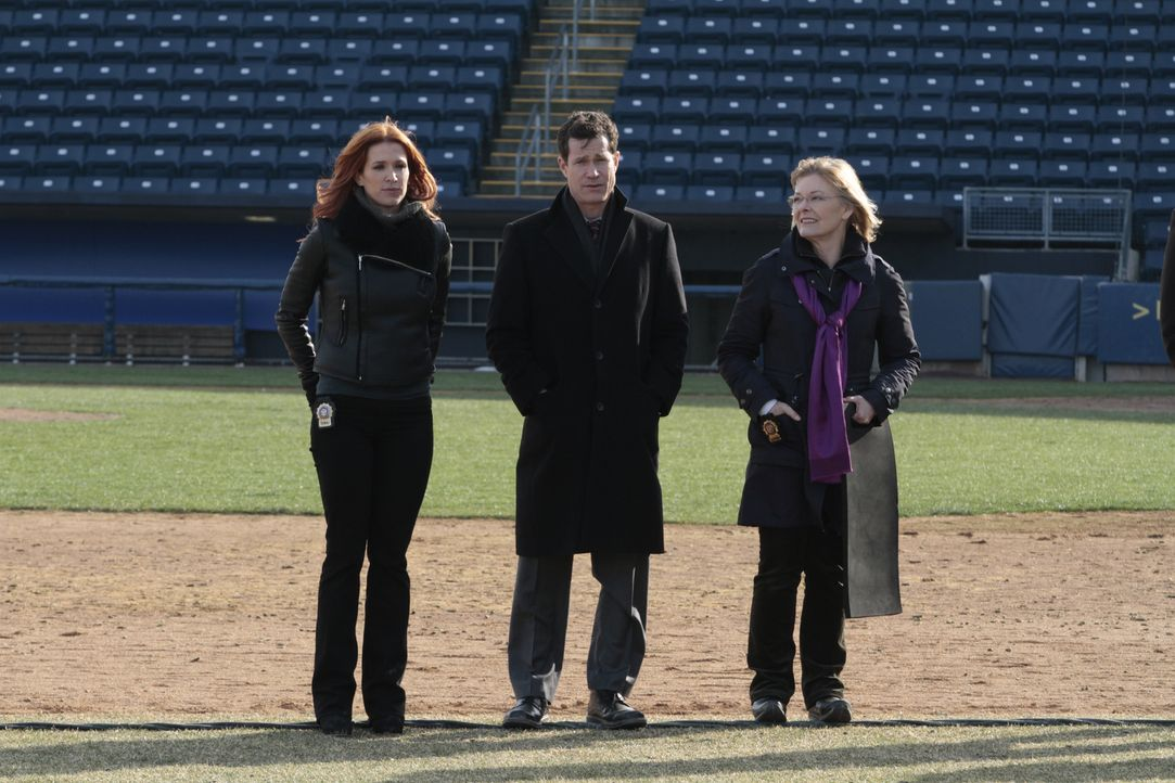 Ein neuer Fall beschäftigt Carrie (Poppy Montgomery, l.), Joanne Webster (Jane Curtin, r.) und Al (Dylan Walsh, M.) ... - Bildquelle: 2011 CBS Broadcasting Inc. All Rights Reserved.