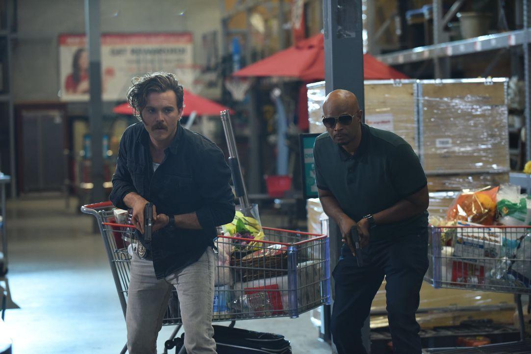 Als Riggs (Clayne Crawford, l.) und Murtaugh (Damon Wayans, r.) nicht die einzigen sind, die den totgeglaubten Kronzeugen aus dem Mafia-Prozess in e... - Bildquelle: Warner Brothers