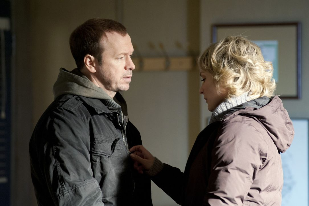 Da der erschossene Polizist ein Freund der Familie war, sorgt sich Linda (Amy Carlson, r.) umso mehr um ihren Mann Danny (Donnie Wahlberg, l.) ... - Bildquelle: 2011 CBS Broadcasting Inc. All Rights Reserved