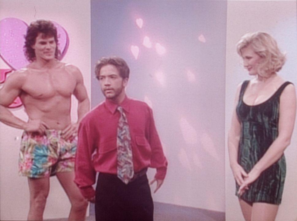 Bud (David Faustino, M.) ist enttäuscht: Nicht er, sondern der Muskelprotz Rodrigo (Ron Evans, l.) fährt mit Candy (Chantal Dubay, r.) auf die Ber... - Bildquelle: Columbia Pictures