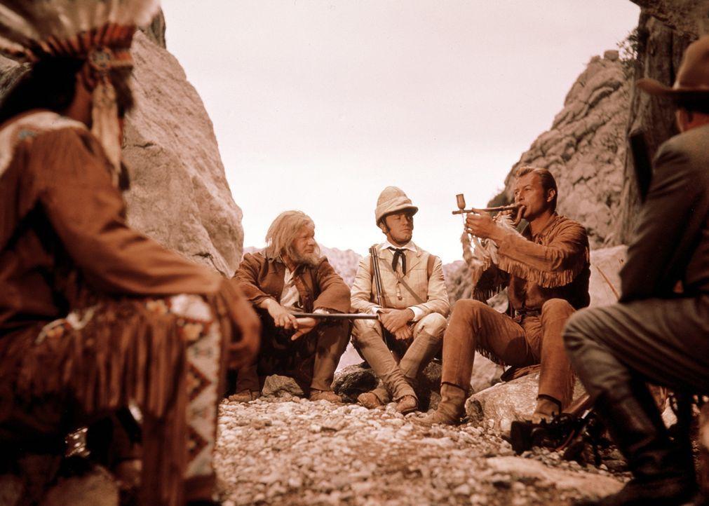 Sam Hawkins (Ralf Wolter, 2.v.l.), Lord Castlepool (Eddi Arent, M.) und Old Shatterhand (Lex Barker, r.) teilen sich eine Friedenspfeife ... - Bildquelle: Columbia Pictures