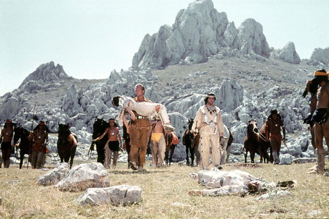 Der Bandit Santer hat Rache geübt - Winnetou (Pierre Brice, l.) und Old Shatterhand (Lex Barker, r.) betrauern die tote Nscho-Tschi (Marie Versini)... - Bildquelle: Columbia Pictures