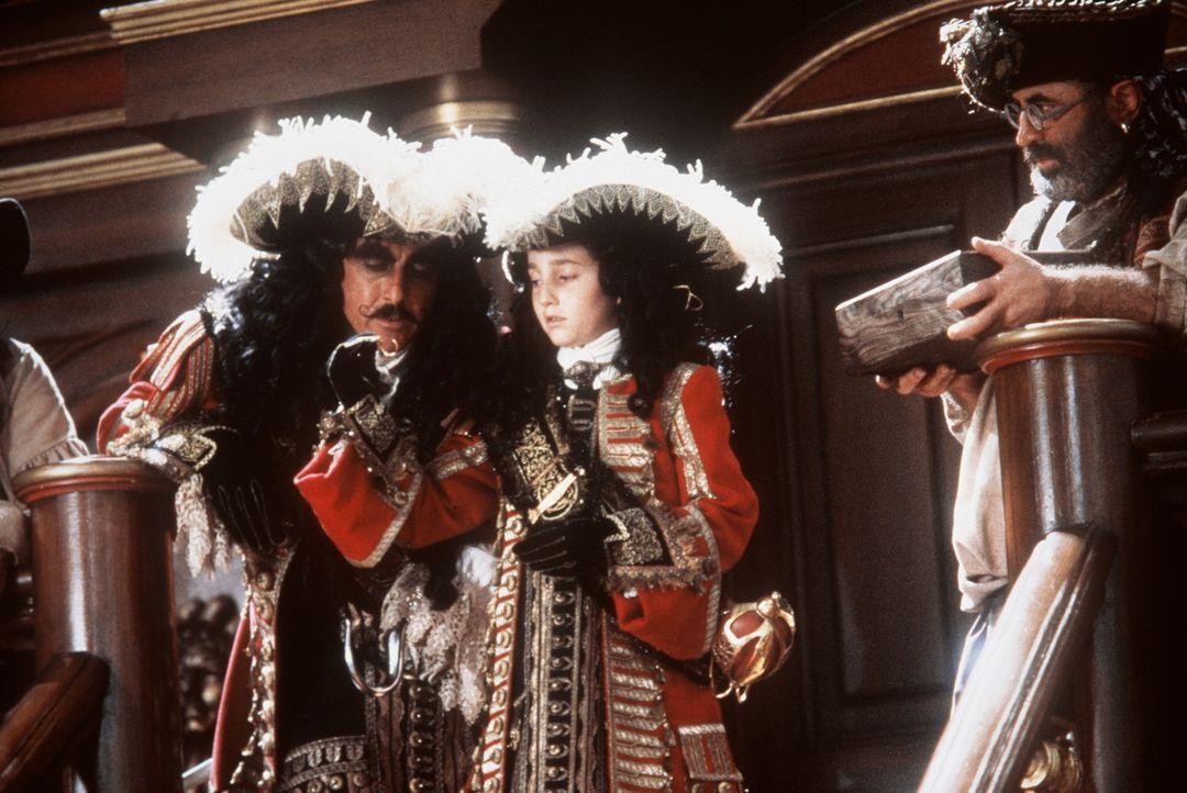 Sinnt auf Rache: der böse Captain Hook (Dustin Hoffman, l.) ... - Bildquelle: Copyright   1991 TriStar Pictures, Inc. All Rights Reserved.