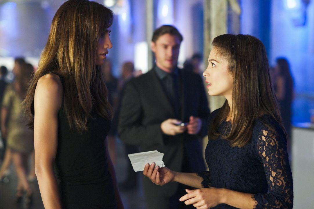Kommen einem Geheimnis auf die Spur: Tess (Nina Lisandrello, l.) und Catherine (Kristin Kreuk, r.) - Bildquelle: 2012 The CW Network, LLC. All rights reserved.