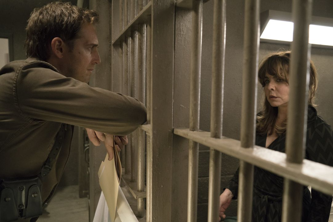 Sonst hilft sie ihren Klienten nicht hinter Gittern zu landen, doch nun steht sie selbst unter Verdacht: Anwältin Brenda (Stockard Channing, r.) wir... - Bildquelle: 2015 Warner Bros. Entertainment, Inc.