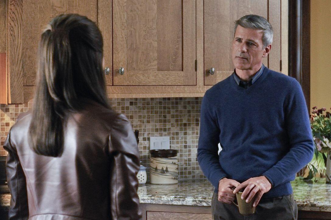Catherine (Kristin Kreuk, l.) muss feststellen, dass auch ihr Vater (Rob Stewart, r.) nicht alles über den wahren Beruf ihrer Mutter wusste ... - Bildquelle: 2012 The CW Network, LLC. All rights reserved.