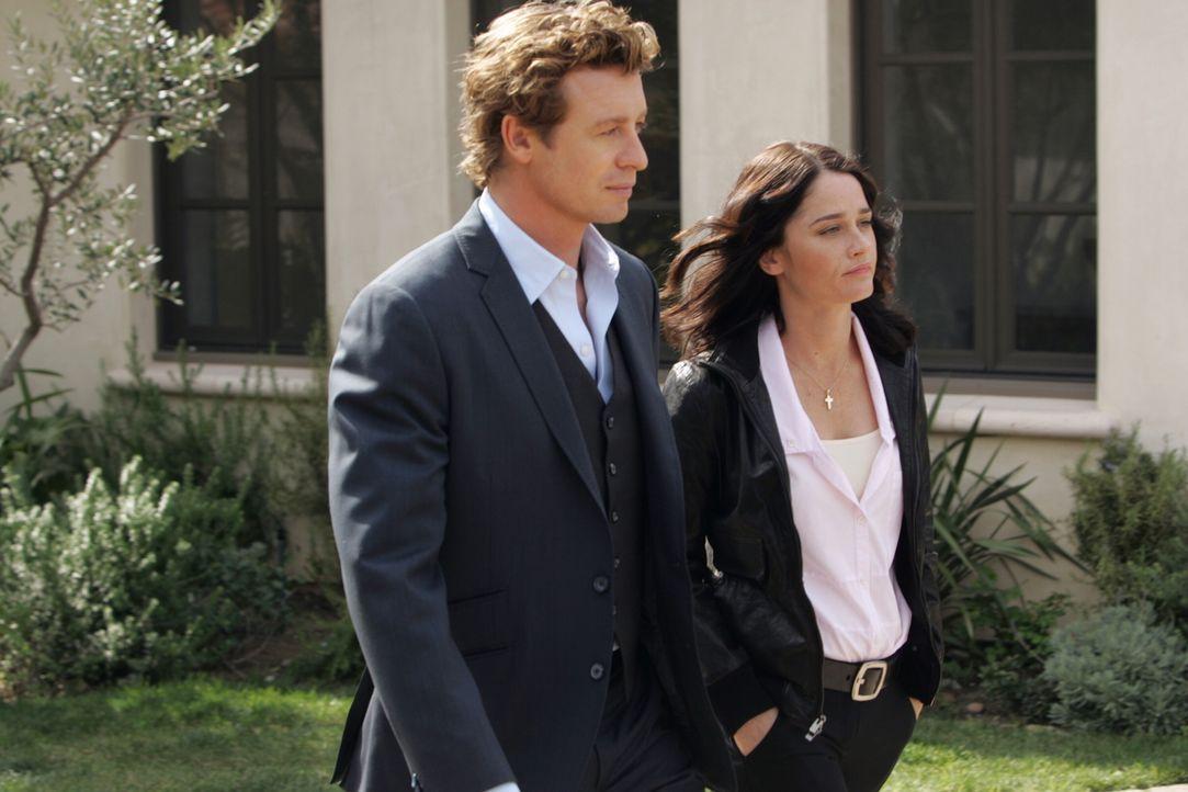 Das CBI-Team versucht den Mord an dem Hollywood-Produzenten Felix Hanson aufzudecken. Teresa Lisbon (Robin Tunney, r.) und Patrick Jane (Simon Baker... - Bildquelle: Warner Bros. Television