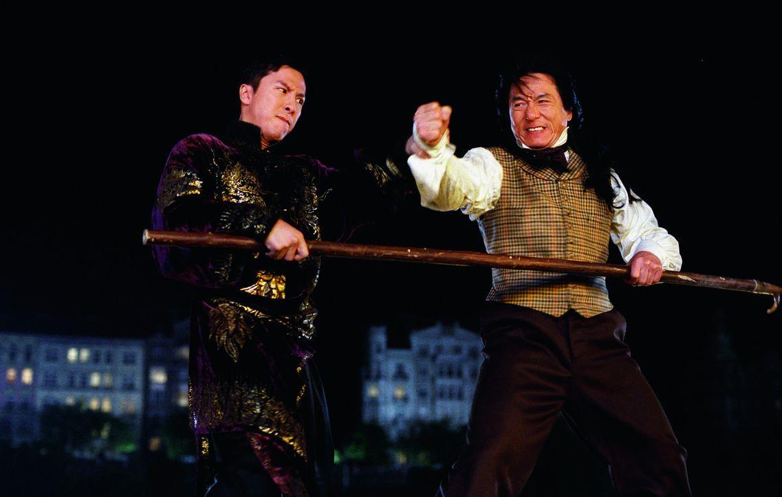 Zwischen Chon Wang (Jackie Chan, r.) und dem teuflischen Lord Nelson Rathbone (Aidan Gillen, l.) entbrennt ein Kampf auf Leben und Tod ... - Bildquelle: 2002 Touchstone Pictures and Spyglass Entertainment Group, L.P.