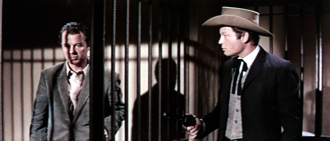 Wie vorausgesehen wird Geheimagent Gifford (Audie Murphy, l.), der sich als Gangster ausgibt, vom Bandenführer Troop (DeForest Kelley, r.) aus dem... - Bildquelle: Allied Artists Pictures