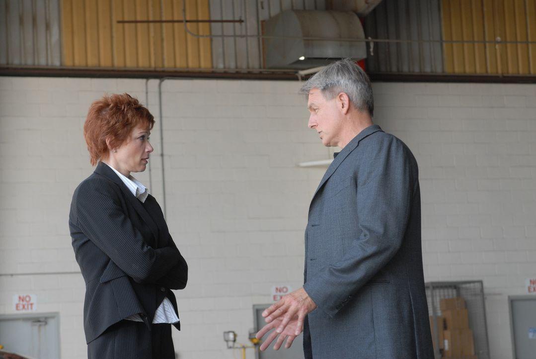 Durch Gibbs (Mark Harmon, r.) mutigen Einsatz, konnte und Direktorin Jenny Shepard (Lauren Holly, l.) aus den Fängen des Entführers befreit werden .... - Bildquelle: CBS Television