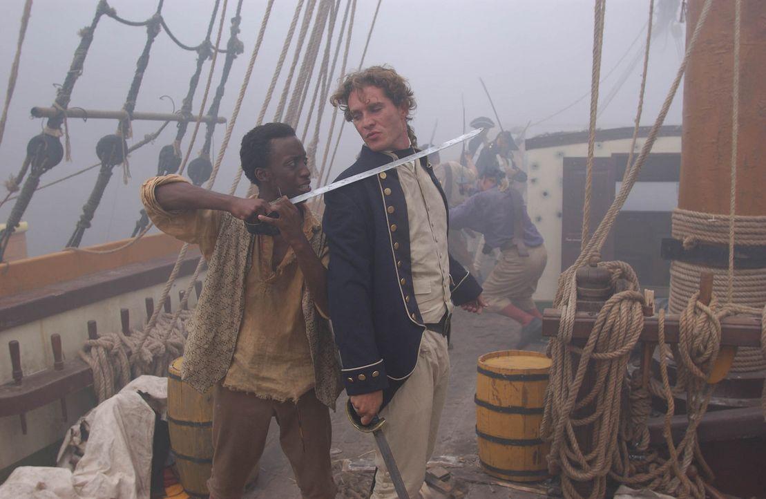 Als Maynard (Mark Umbers, r.) als Lieutenant der Royal Navy entlarvt wird, will Caesar (Christopher Clyde-Green, l.) ihm ans Leder. Doch dann beschl... - Bildquelle: Hallmark Entertainment