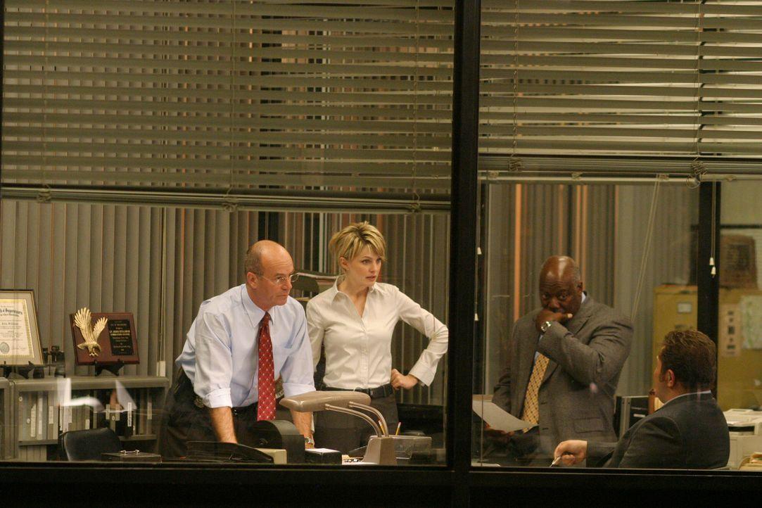 Lt. John Stillman (John Finn, l.), Det. Lilly Rush (Kathryn Morris, 2.v.l.), Det. Will Jeffries (Thom Barry, 2.v.r.) und Det. Nick Vera (Jeremy Ratc... - Bildquelle: Warner Bros. Television