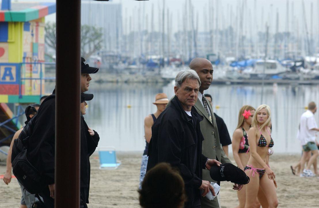 Am Rande eines Bikini-Wettbewerbs wird die Leiche einer jungen Navy-Angehörigen gefunden. Timothy McGee (Sean Murray, l.), Kate Todd (Sasha Alexande... - Bildquelle: CBS Television