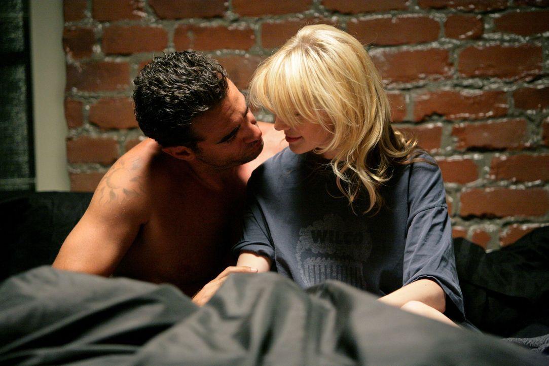 Det. Lilly Rush (Kathryn Morris, r.) gelingt es, sich heimlich mit Eddie Saccardo (Bobby Cannavale, l.) zu treffen, der immer noch undercover arbeit... - Bildquelle: Warner Bros. Television