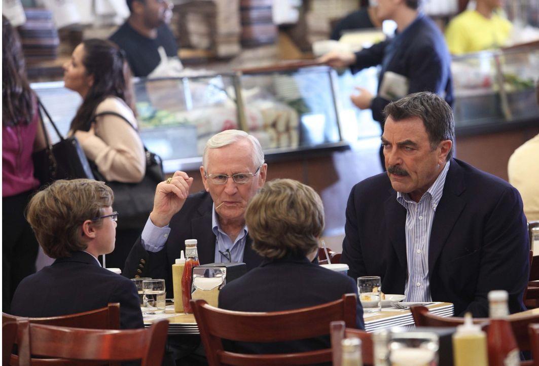 Frank (Tom Selleck, r.) und Henry (Len Cariou, 2.v.l.) kümmern sich um die Jungs während Danny und Linda eigentlich ein romantisches Wochenende verb... - Bildquelle: 2011 CBS Broadcasting Inc. All Rights Reserved