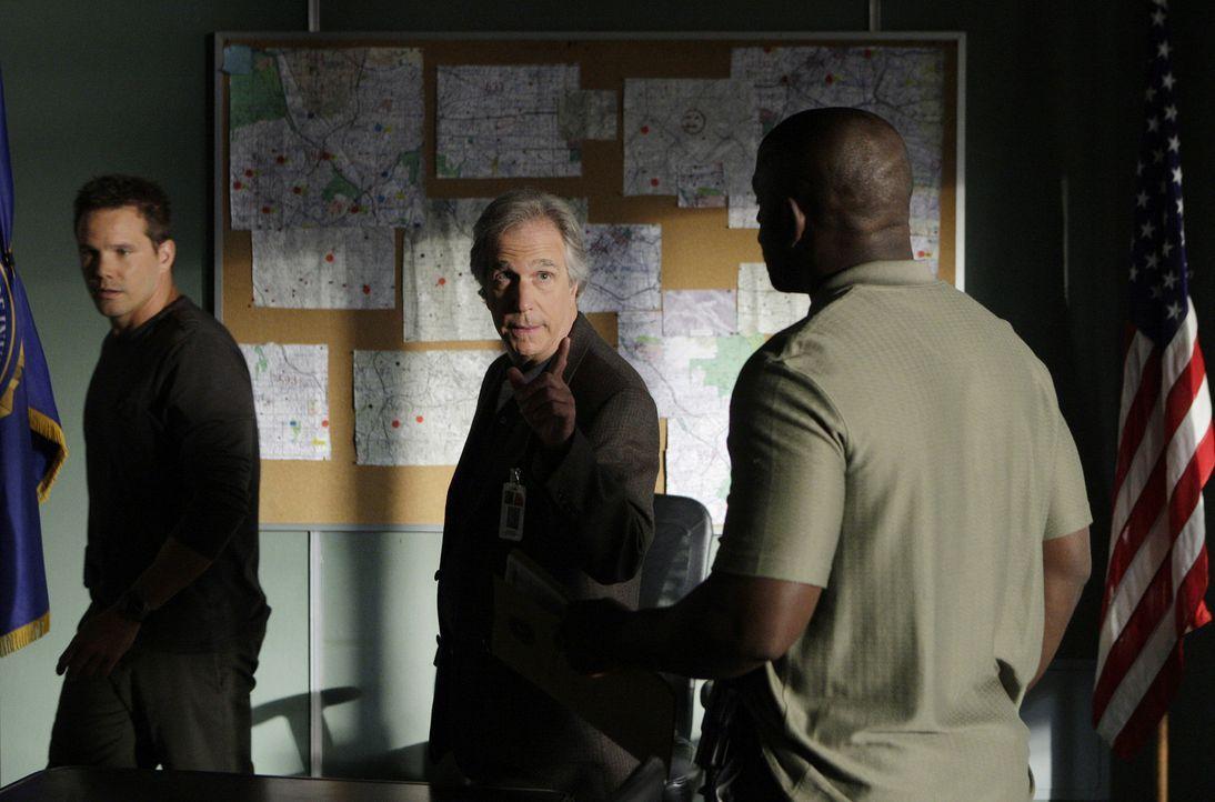 Dons Team (Dylan Bruno, l. und Alimi Ballard, r.) hilft Agent Bloom (Henry Winkler, M.), einem Veteran vom FBI, der seit zwei Jahren einen Geist jag... - Bildquelle: Paramount Network Television