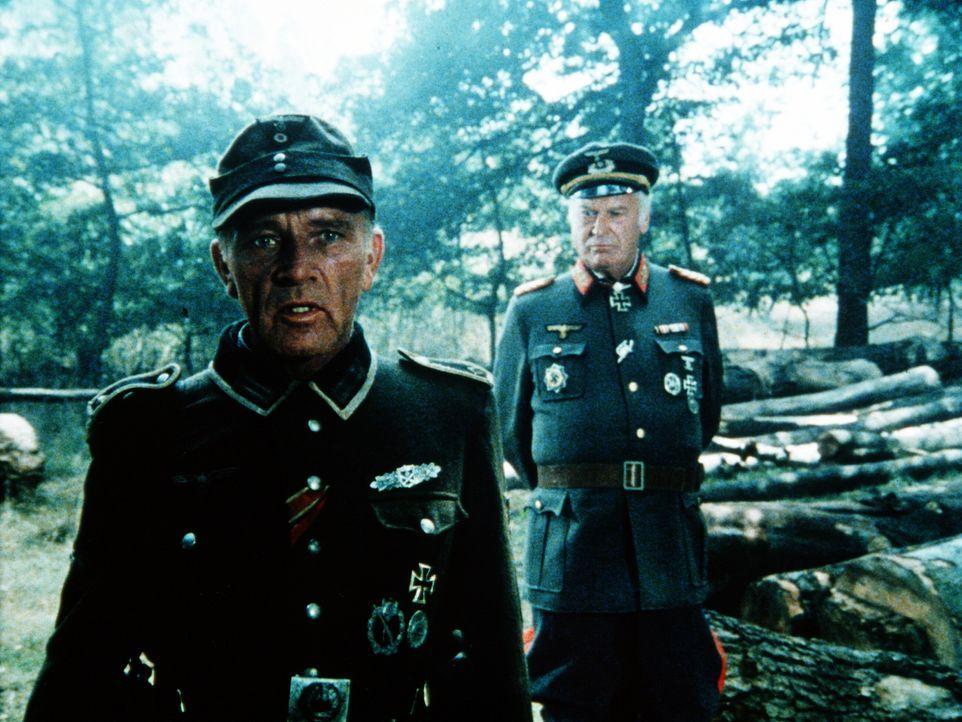 Feldwebel Steiner (Richard Burton, l.) soll unter General Hoffmanns (Curd Jürgens, r.) Befehl an der Westfront die Verteidigung der Stadt St. Vallon... - Bildquelle: Worldvision Enterprises Inc.