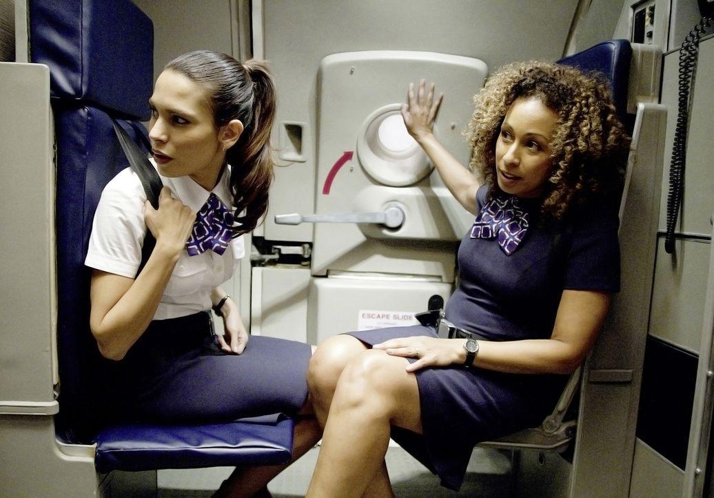 Noch ist alles in Ordnung auf Flug 227: Katerina Marquez (Nadine Velazquez, l.) und Margaret Thomason (Tamara Tunie, r.) bereiten sich auf die Landu... - Bildquelle: Robert Zuckerman 2012 PARAMOUNT PICTURES. ALL RIGHTS RESERVED.