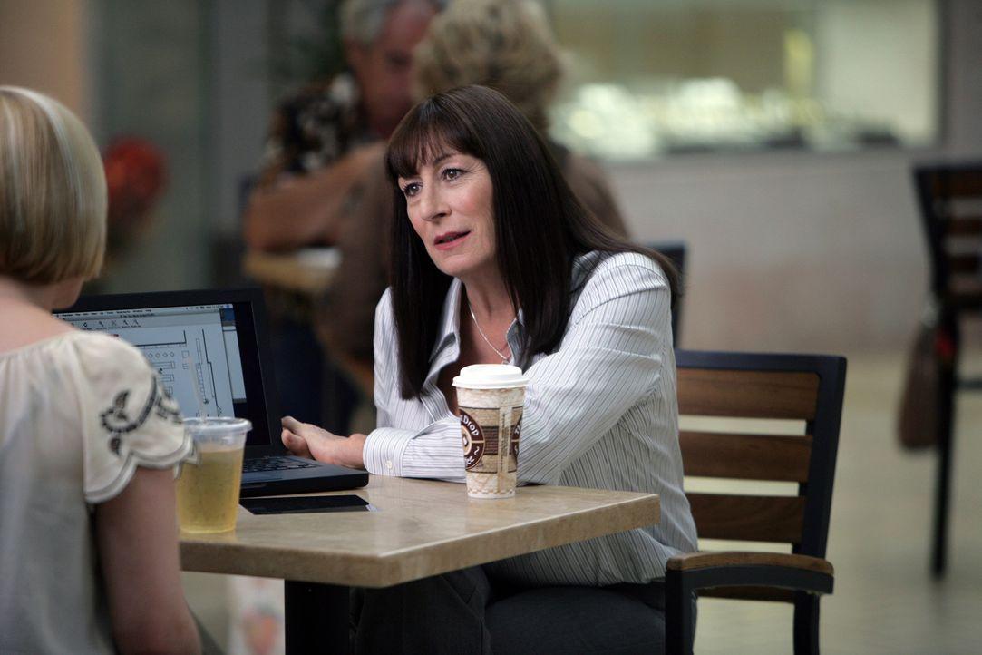 Seit die Fähigkeiten von Hellseherin Allison (Patricia Arquette, l.) bekannt geworden sind, ist das Leben ihrer Familie gründlich auf den Kopf geste... - Bildquelle: Paramount Network Television