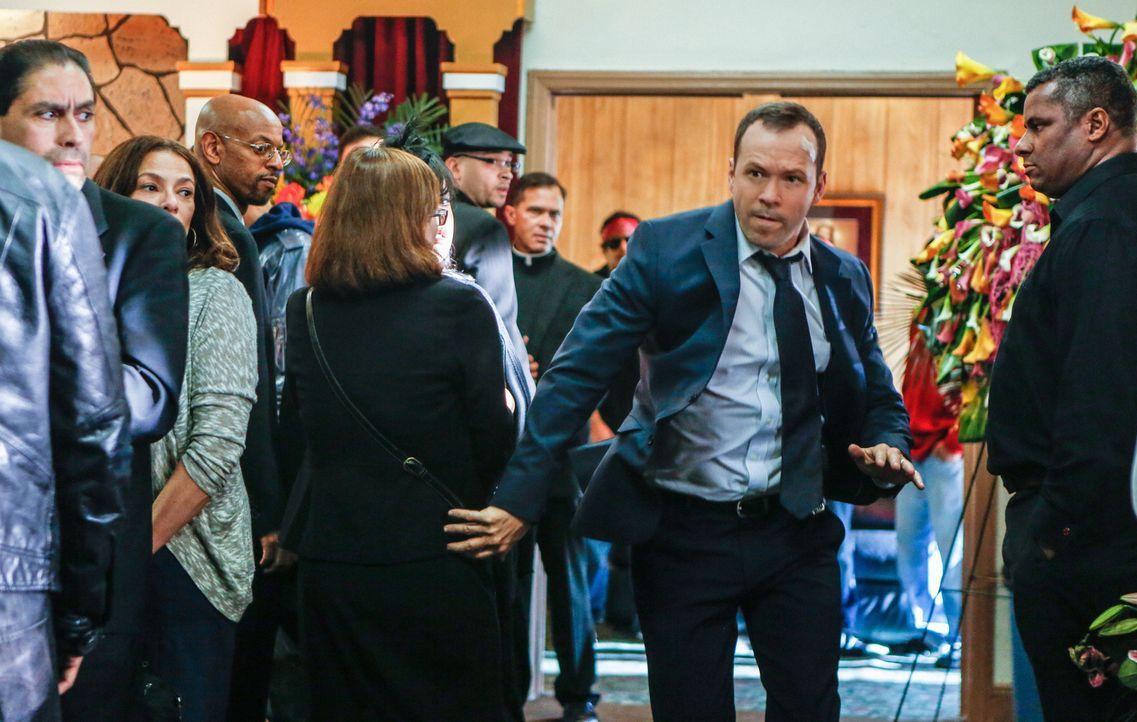 Nicht nur, dass Danny (Donnie Wahlberg) die Schwester der Selbstmörderin verärgert hat, jetzt wissen die Gangmitglieder auch noch, dass ein Cop auf... - Bildquelle: Craig Blankenhorn 2013 CBS Broadcasting Inc. All Rights Reserved.