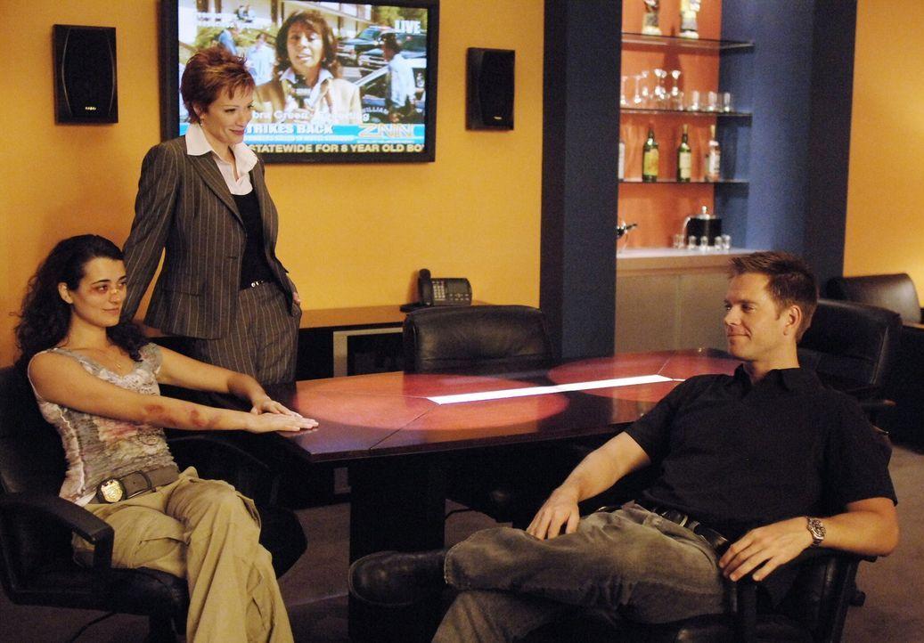 Tony (Michael Weatherly, r.) und Jenny (Lauren Holly, M.) sind froh, dass Ziva (Cote de Pablo, l.) alles gut überstanden hat ... - Bildquelle: CBS Television