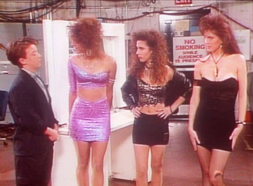 Bud (David Faustino, l.) versucht drei Schönheiten zu vergraulen, die wie Kelly in einem Videoclip mitspielen wollen. - Bildquelle: Columbia Pictures