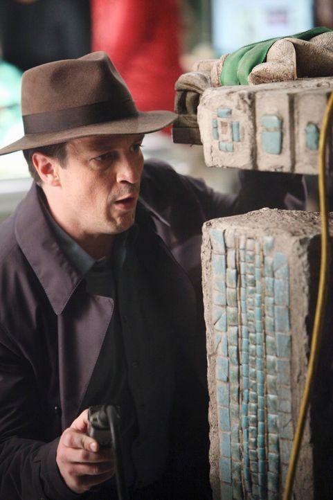 Castle (Nathan Fillion) ist von der Mumie des Maya-Königs fasziniert. - Bildquelle: ABC Studios
