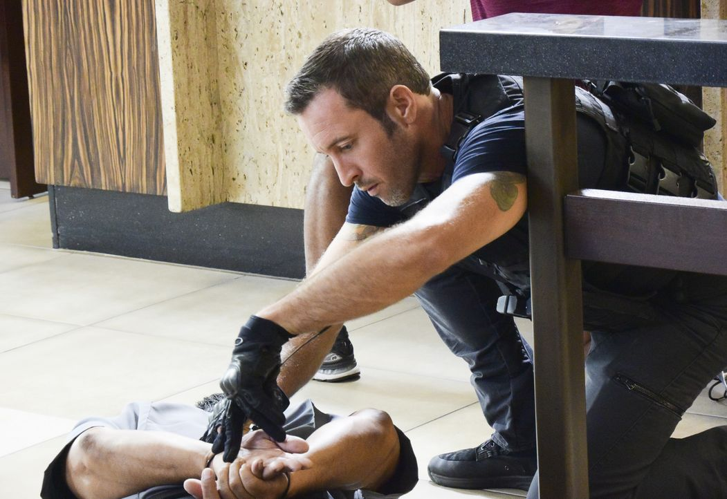 Als die Bankräuber versuchen, durch einen Tunnel zu flüchten, folgt ihnen McGarrett (Alex O'Loughlin) - doch am Ende des Tunnels erwartet ihn jemand... - Bildquelle: Norman Shapiro 2017 CBS Broadcasting Inc. All Rights Reserved. / Norman Shapiro