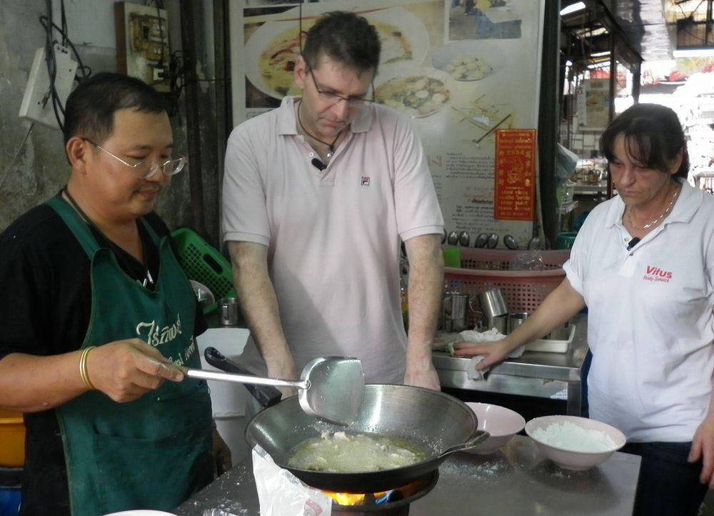 Ohne thailändische Sprachkenntnisse und nur mit ein paar Brocken Englisch, müssen sich die zwei befreundeten Mitarbeiter Rüdiger (M.) und Claudia... - Bildquelle: kabel eins