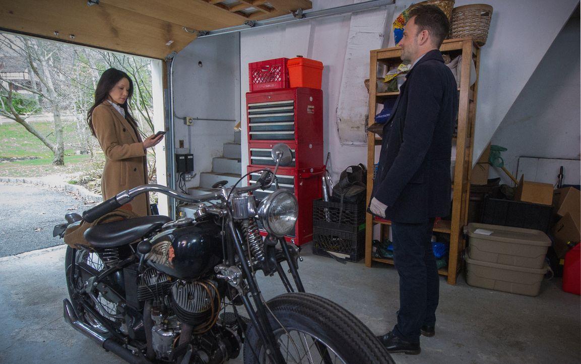 Während Watson (Lucy Liu, l.) mit Holmes (Jonny Lee Miller, r.) einen Doppelmord untersucht, der viele Fragen aufwirft, droht ihr eingeschleuster Sp... - Bildquelle: Jeff Neira 2016 CBS Broadcasting Inc. All Rights Reserved.