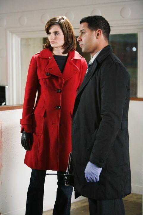 Zusammen mit Javier Esposito (Jon Huertas, r.) überlegt Kate (Stana Katic, l.), wie der Täter vorgegangen sein könnte. - Bildquelle: ABC Studios