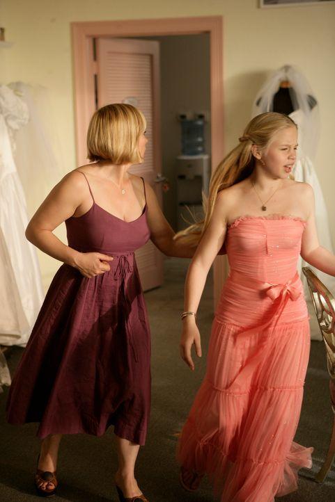 Allison (Patricia Arquette, l.) hat in dem Laden, in dem sie und Ariel (Sofia Vassilieva, r.) ein Kleid für ihren Schulball kaufen wollten, eine gra... - Bildquelle: Paramount Network Television
