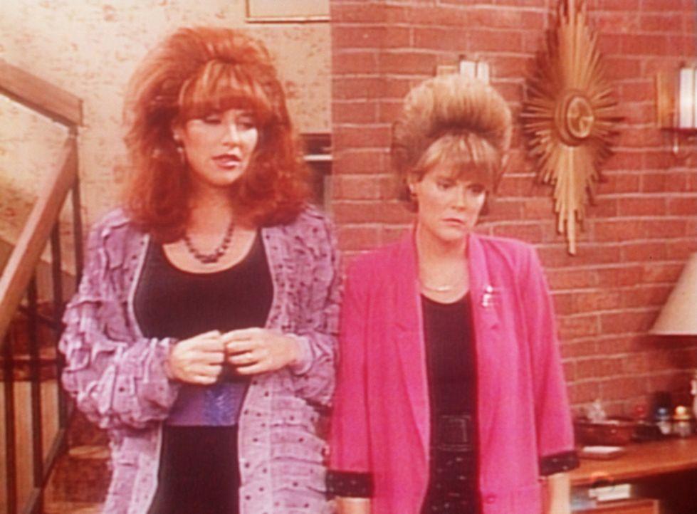 Peggy (Katey Sagal, l.) hat Mitleid, weil der Frisör Marcys (Amanda Bearse, r.) Frisur ruiniert hat. - Bildquelle: Columbia Pictures