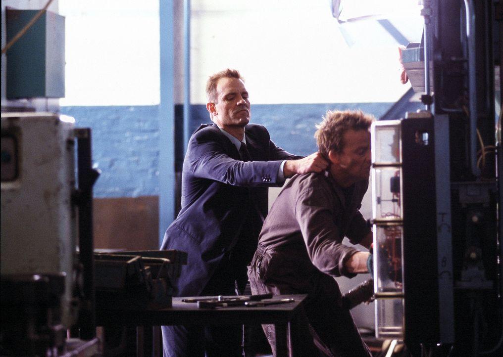 Mit Lilas Hilfe gelingt Detective Macy Kobacek (Michael Biehn, l.) der Coup: Ed Baikman (Sean Patrick Flanery, r.) kann festgenommen werden. Doch is... - Bildquelle: ApolloMedia