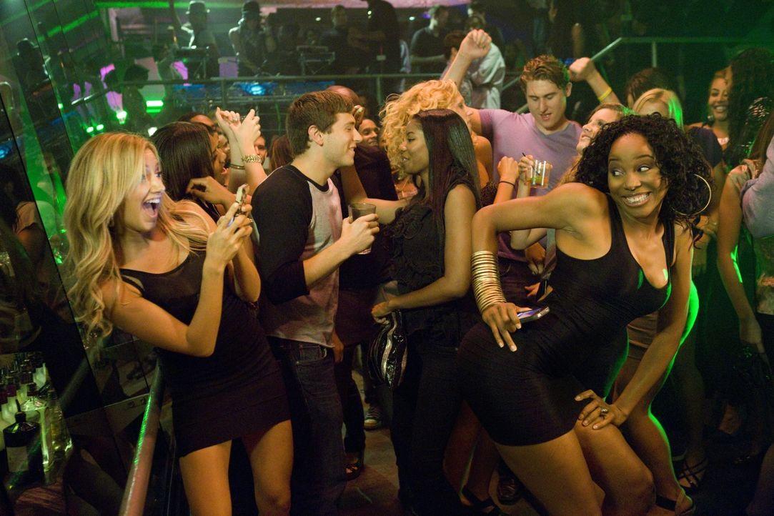 Auch, wenn ein Dämon hinter ihr her ist, ist das für Jody (Ashley Tisdale, l.) keine Ausrede, eine Partynacht mit ihrer Freundin Kendra (Erica Ash,... - Bildquelle: 2013 Constantin Film Verleih GmbH.