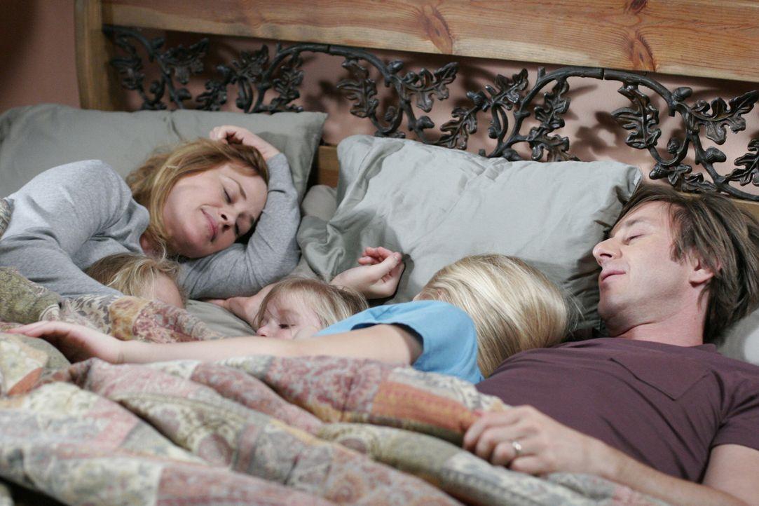 Ein gemütlicher Sonntagmorgen: Allison (Patricia Arquette, l.) und Joe (Jake Weber, r.) kuscheln mit ihren Kindern … - Bildquelle: Paramount Network Television