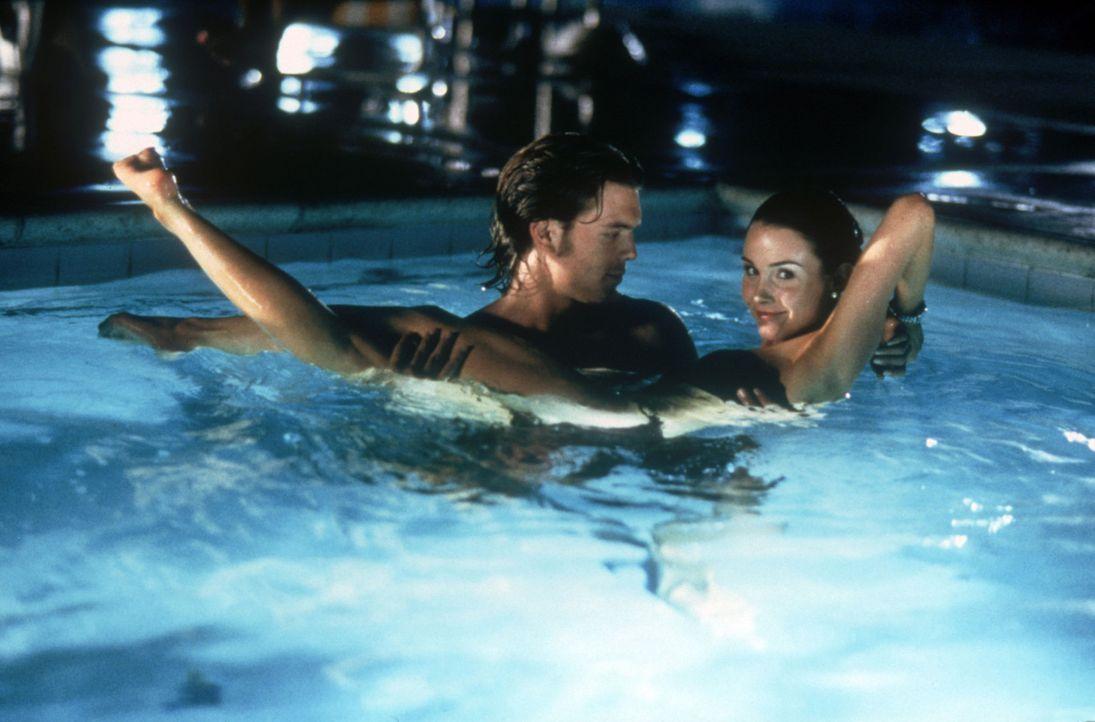 Um ihre Beziehung zu ihrem Verlobten zu zerstören, wird der Frauenschwarm Brent (Charlie Weber, l.) auf sie angesetzt: Alison (Melissa Yvonne Lewis... - Bildquelle: Copyright    2004 Cruel III Productions, LLC. All Rights Reserved.