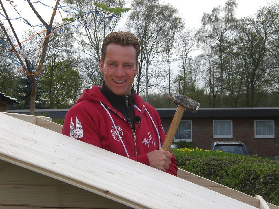 """Jürgen Milski, Kölner """"Big Brother""""-Urgestein, hält sich in seiner Freizeit bevorzugt im eigenen Grün auf. Jetzt will er eine Holzhütte für se... - Bildquelle: kabel eins"""