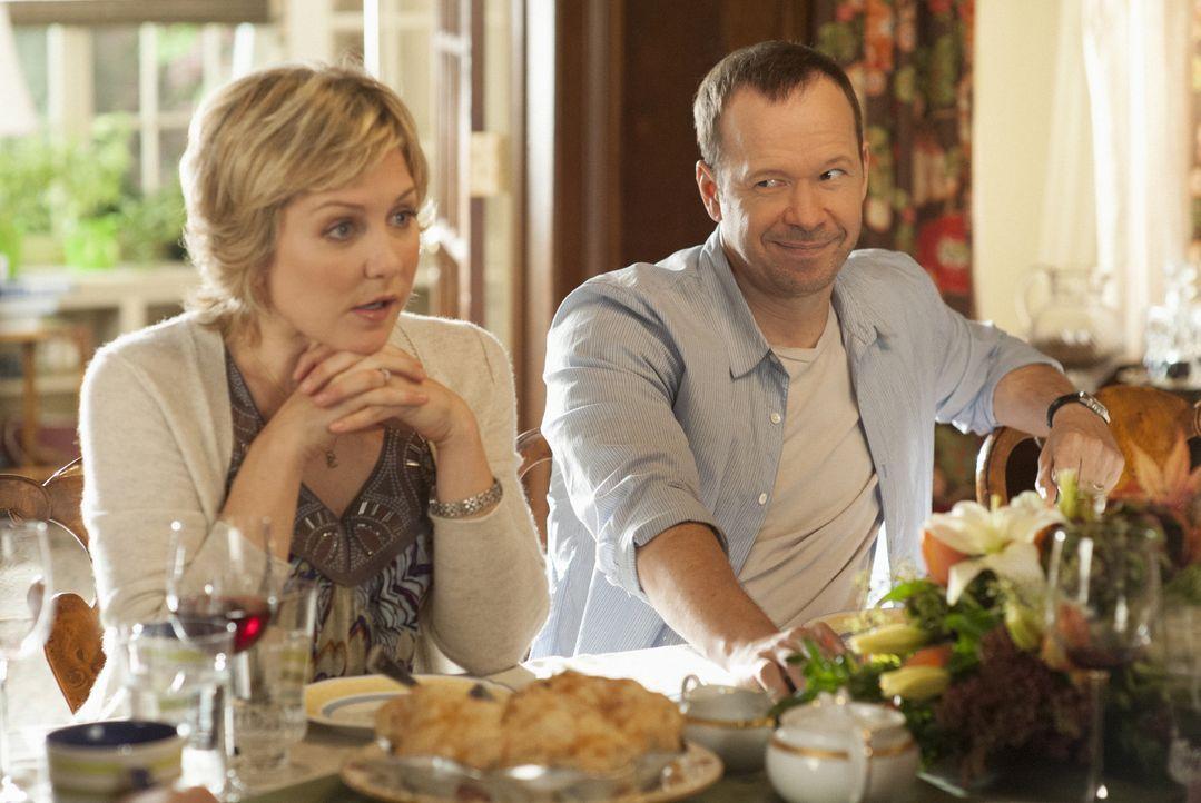 Mischen sich Linda (Amy Carlson, l.) und Danny (Donnie Wahlberg, r.) auch bei dem Streit ein, der Nicky und Erin seit Tagen beschäftigt? - Bildquelle: Jojo Whilden 2012 CBS Broadcasting Inc. All Rights Reserved.
