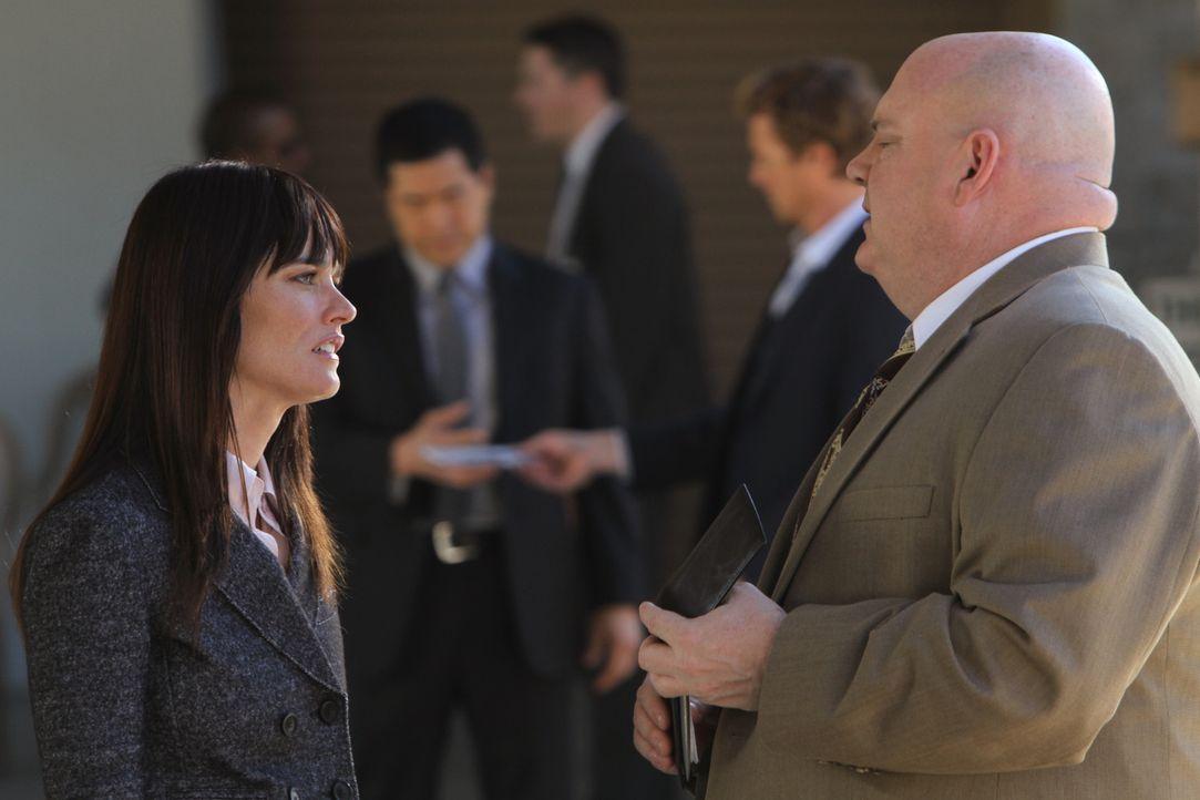 Als Teresa (Robin Tunney, l.) erfährt, dass J.J. LaRoche (Pruitt Taylor Vince, r.) Kimball zum neuen Teamleiter ernennt, ist sie schockiert ... - Bildquelle: Warner Bros. Television