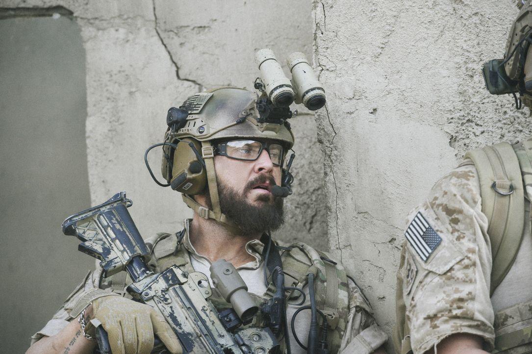 Als das Leben eines Kameraden in Gefahr schwebt, müssen Sonny (A.J. Buckley), Jason und das SEAL Team schnell handeln und sich dabei Befehlen widers... - Bildquelle: Ron Jaffe CBS   2017 CBS Broadcasting, Inc. All Rights Reserved / Ron Jaffe